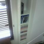 細長い書棚